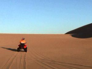 Quad sobre las dunas del Namib, Namibia