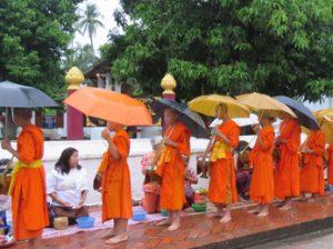 La ceremonia de entrega de limosnas