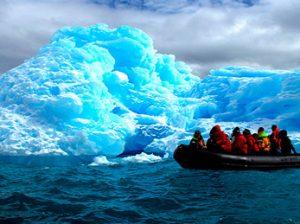 Acercarnos a tierra en las zodiacs en Antartida