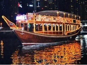 barco típico barco llamado dhow en la marina de dubai