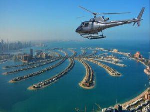 helicóptero sobrevolando la palmera de Dubai